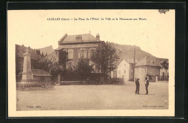 AK Clelles, La Place de l'Hotel de Ville et le Monument aux Morts 0