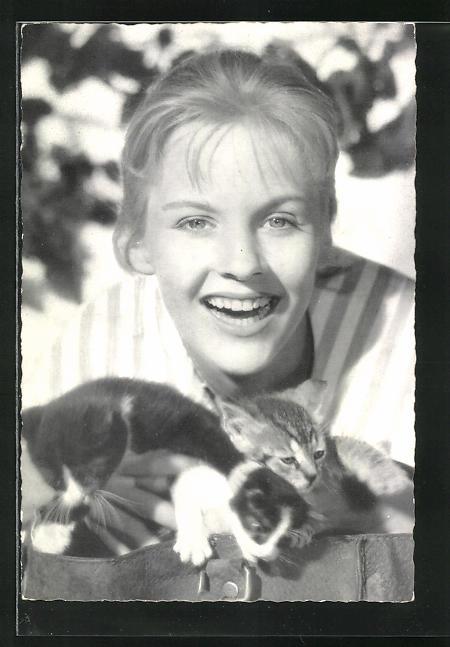 AK Schauspielerin Heidi Brühl mit Kätzchen
