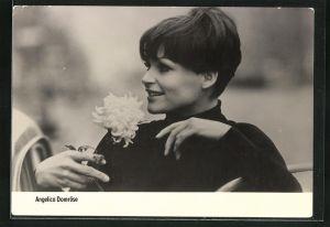 AK Schauspielerin Angelica Domröse riecht an einer Blume