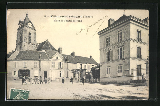 AK Villeneuve-la-Guyard, Place de l`Hotel-de-Ville 0