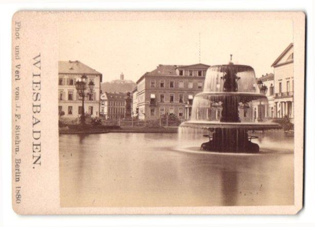 Fotografie J. F. Stiehm, Berlin, Ansicht Wiesbaden, Brunnen am Kursaal-Platz