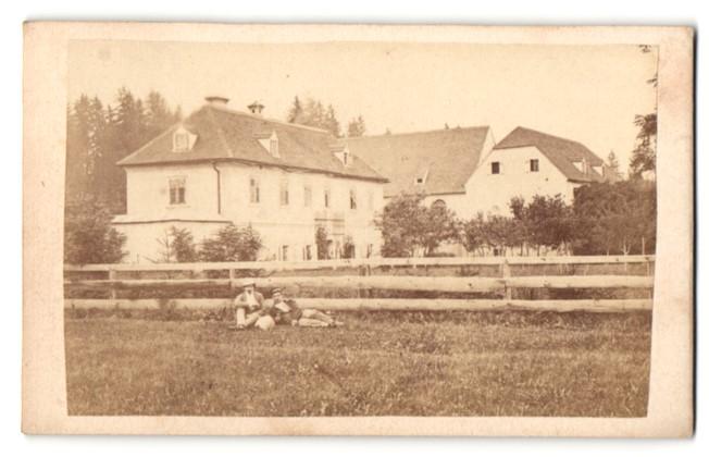 Fotografie Fotograf unbekannt, Ansicht Spielberg-Massweg, Gehöft mit Herrenhaus