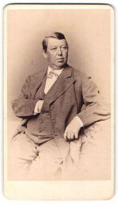 Fotografie Franz Hanfstaengl, München, Portrait Herr in Anzug