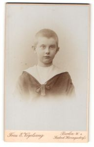 Fotografie E. Vogelsang, Berlin, Portrait Portrait frecher blonder Bube im Matrosenanzug