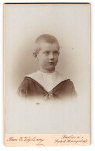 Fotografie E. Vogelsang, Berlin, Portrait frecher blonder Bube mit kurzem Haar im Matrosenanzug