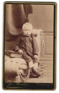 Fotografie Otto Muscher, Nienburg a. W., Portrait blonder frecher Bube mit grossem Buch