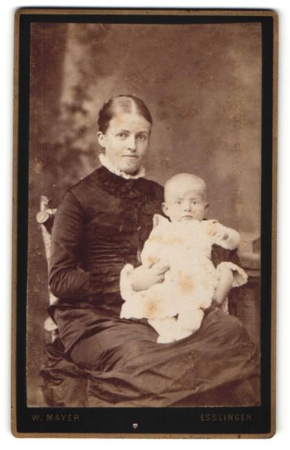 Fotografie W. Mayer, Esslingen, strahlende junge Mutter im Rüschenkleid mit niedlichem Baby im Arm