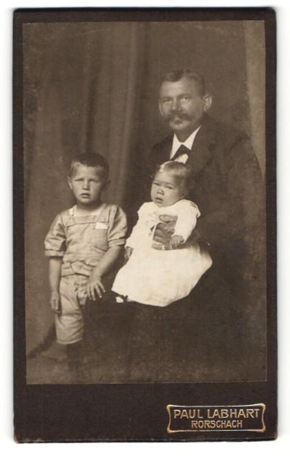 Fotografie Paul Labhart, Rorschach, Mann mit Schnurrbart und zwei Kindern