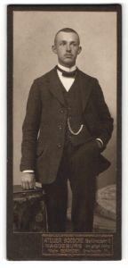 Fotografie Atelier Boesche, Magdeburg, Portrait junger Herr in Anzug
