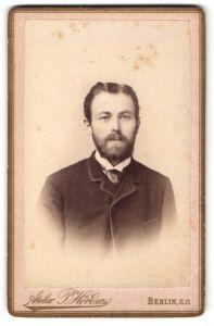 Fotografie Atelier P. Hörder, Berlin S. O., Portrait charmanter Herr mit Vollbart u. Krawatte in zeitgenöss. Kleidung