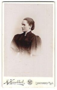Fotografie M. Hirschbeck, Landsberg a. Lech, elegante schöne junge Dame in Kleid mit Spitze und Puffärmeln