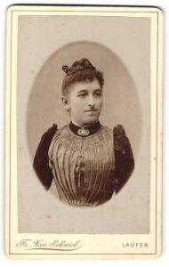 Fotografie Fr. Xav. Schröck, Laufen a. d. Salzach, Dame in glänzendem Faltenoberteil mit Brosche