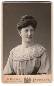 Fotografie C. Brasch, Bromberg & Berlin W., Portrait junge Dame mit Hochsteckfrisur im eleganten Kleid