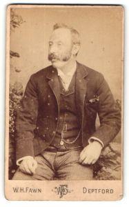 Fotografie W. H. Fawn, Deptford, Herr mit Backenbart in gestreifter Hose mit Weste und Uhrenkette