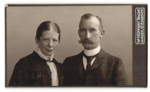 Fotografie W. Höffert Nachf., Hannover, Portrait bürgerliches Paar mit zeitgenöss. Frisuren in eleganter Kleidung