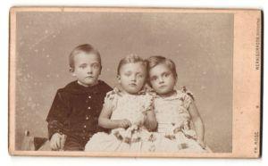 Fotografie Fr. Rose, Wernigerrode, Portrait kleiner Junge in zeitgenöss. Kleidung u. zwei Mädchen in hübschen Kleidern