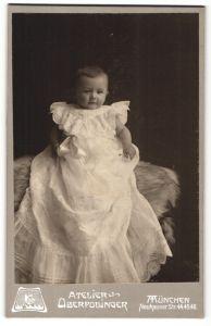 Fotografie Atelier Oberpollinger, München, Portrait niedliches kleines Mädchen im wunderschönen Taufkleid