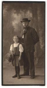 Fotografie unbekannter Fotograf und Ort, Portrait Vater und Tochter in zeitgenöss. Kleidung