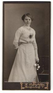 Fotografie R. Schönfelder, Reichenbach i / V., Portrait junge Dame im eleganten Kleid mit Blumen