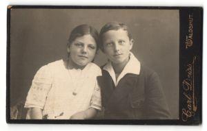 Fotografie Carl Deiss, Waldshut, Portrait kleines Mädchen im weissen Kleid u. Junge in zeitgenöss. Kleidung