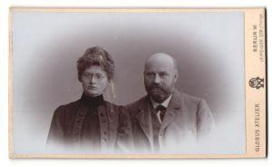 Fotografie Atelier Globus, Berlin W., Portrait bürgerliches Paar mit zeitgenöss. Frisuren in eleganter Kleidung