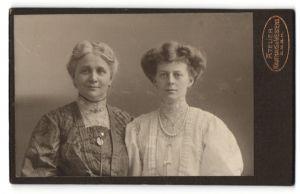 Fotografie Atelier Kaufhaus d. Westens, Berlin, Portrait zwei bürgerliche Damen mit zeitgenöss. Frisuren u. Halsketten
