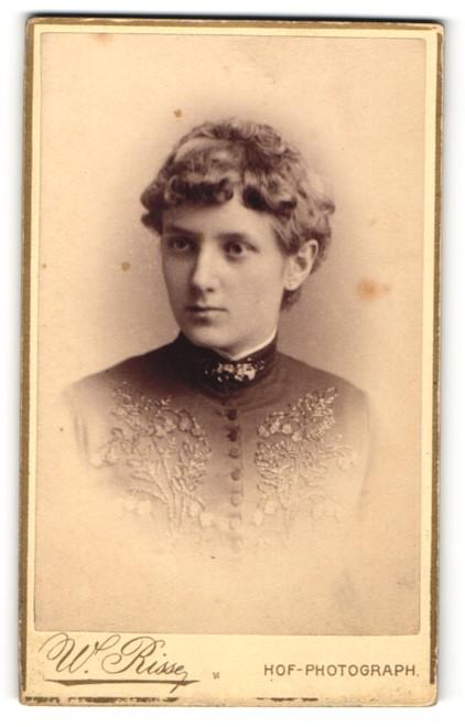 Fotografie W. Risse, Marburg a / Lahn, Portrait junge Dame mit zeitgenöss. Frisur in eleganter Kleidung