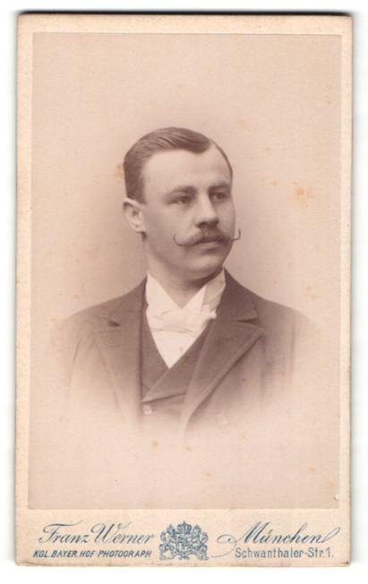 Fotografie Franz Werner, München, Portrait charmanter Herr mit Zwirbelbart u. Fiege im Anzug