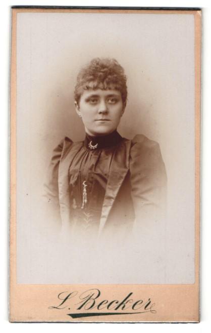 Fotografie L. Becker, Essen, Portrait bürgerliche Dame mit zeitgenöss. Frisur u. Kragenbrosche im eleganten Kleid
