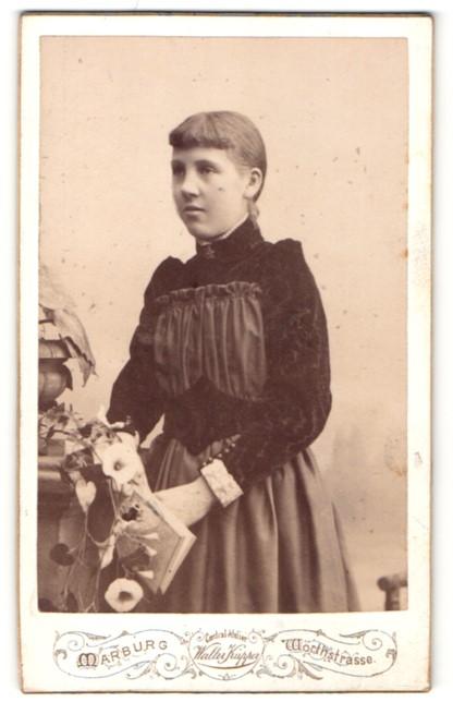 Fotografie Walter Küpper, Marburg, Portrait junge Dame mit Buch in elegantem Kleid an Sockel gelehnt