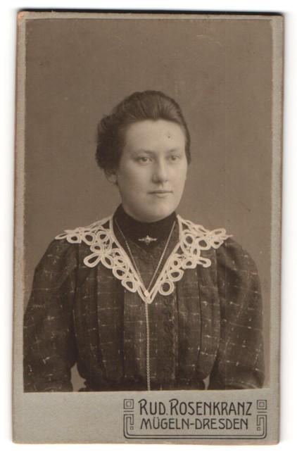 Fotografie Rud. Rosenkranz, Mügeln-Dresden, Portrait bürgerliche Dame mit zurückgebundenem Haar im modischen Kleid