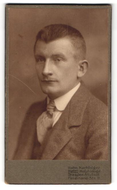 Fotografie Hahn Nachfolger, Dresden-Altstadt, Portrait charmanter Herr mit Krawatte im Anzug