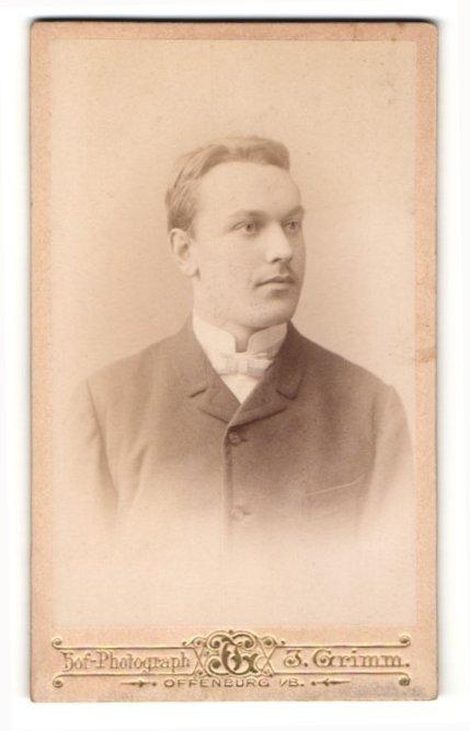 Fotografie Julius Grimm, Offenburg i / B., Portrait charmanter Herr mit Fliege in zeitgenössischer Kleidung