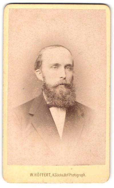Fotografie W. Höffert, Dresden, Portrait älterer Herr mit Bart u. Fliege im Anzug