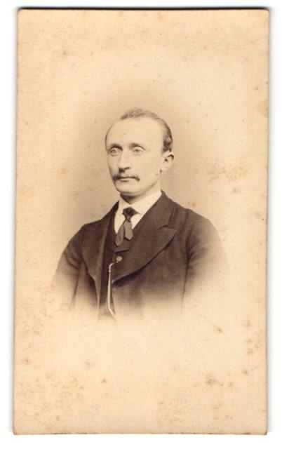 Fotografie A. H. Heckmann, Osnabrück, Portrait charmanter Herr mit Schnauzbart im Anzug