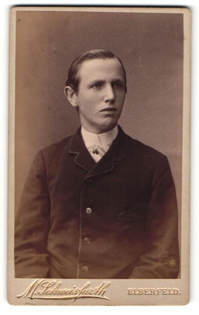 Fotografie Moritz Schweisfurth, Elberfeld, Portrait junger Herr mit zurückgekämmtem Haar in zeitgenöss. Kleidung