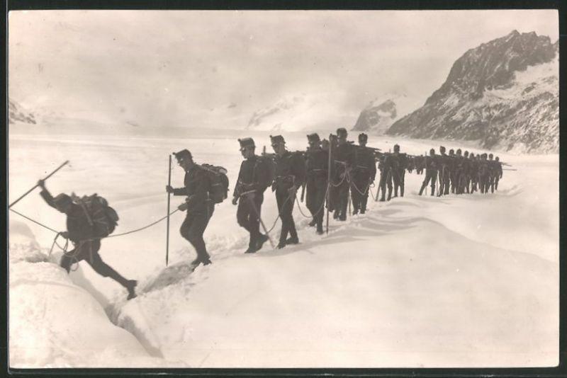 Fotografie Schweizer Soldaten, Seilschaft im Marsch über den Oletschgletscher