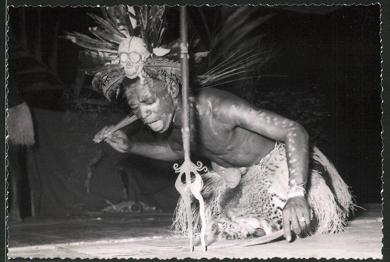 Fotografie Afrika, Eingeborener mit Schädel als Kopfschmuck bei einem Ritual