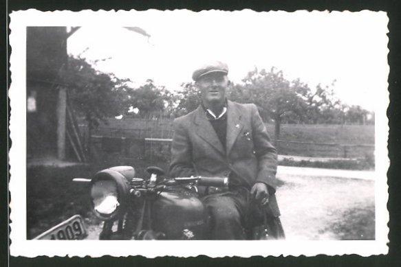 Fotografie Motorrad Universal, stolzer Besitzer auf Krad sitzend
