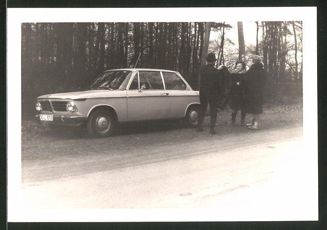 Fotografie Auto BMW 02 Coupe, Fahrer & Damen neben PKW stehend