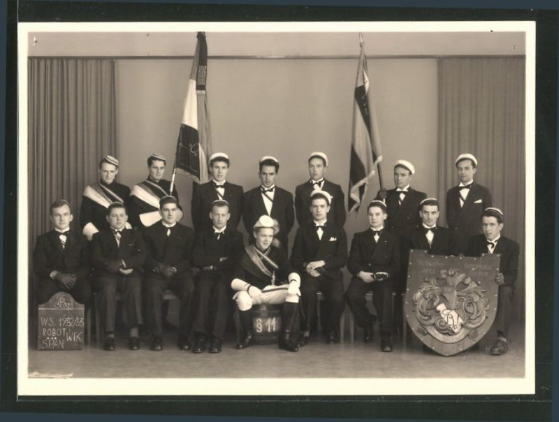 Fotografie Studenten Gruppenbild mit Fahnenträgern und Wappen