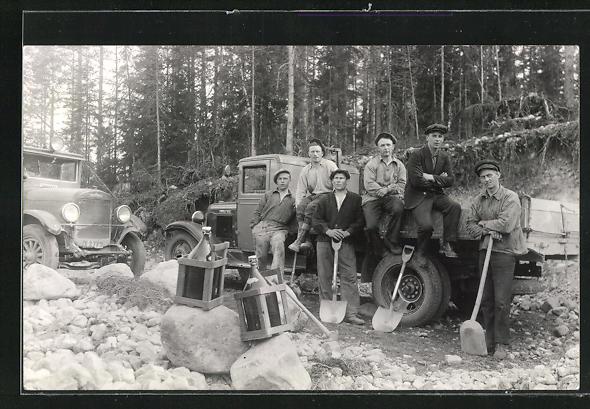 Foto-AK Bauarbeiter mit Lastwagen in Schweden, Speed Wagon und Chevrolet