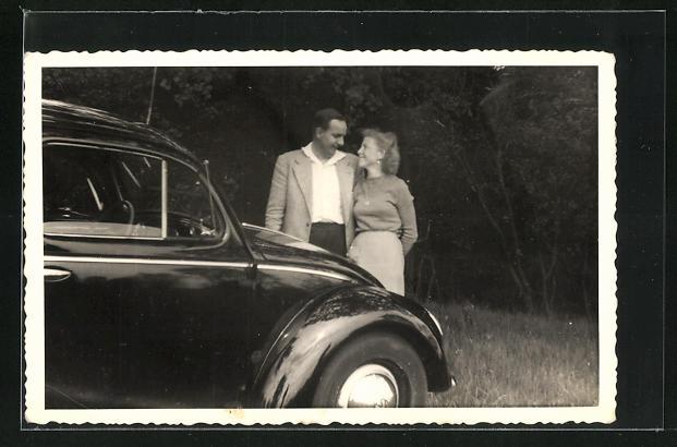 Foto-AK Verliebtes Paar am VW-Käfer