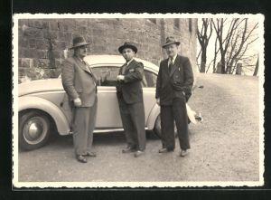 Foto-AK Drei Herren in Anzügen vor ihrem VW-Käfer