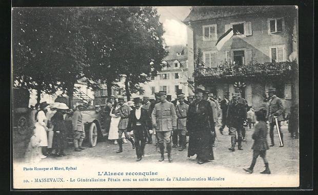 AK Massevaux, Le Généralissime Pétain avec su suite sortant de l`Administration Militaire