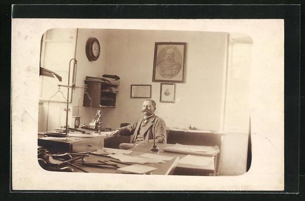 Foto-AK Mann im Arbeitszimmer mit Waage