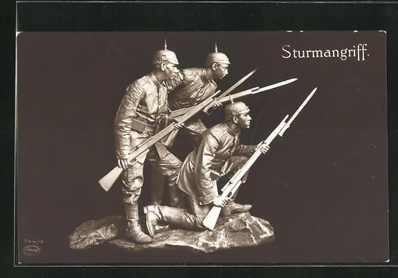 AK Soldaten mit Pickelhaube und Bajonett als Statue, Sturmangriff
