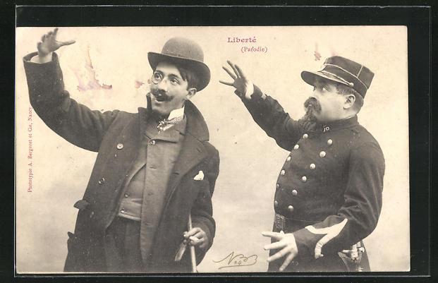 AK Polizist greift nach dem Hut eines Mannes