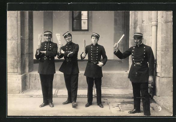 AK Polizisten halten ihre Schlagstöcke bereit