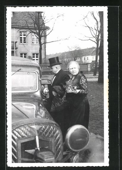 Foto-AK altes elegantes Paar steigt in einen Hanomag ein
